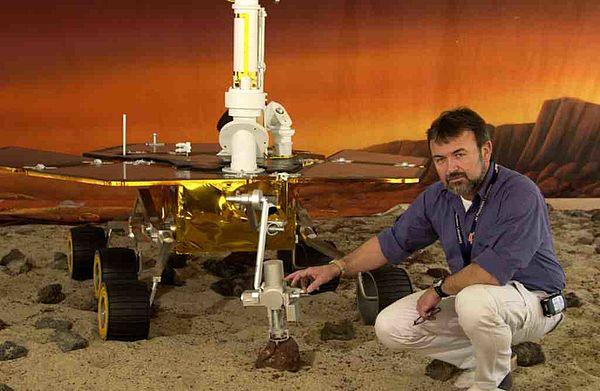 """Foto: Ein Rover-Fahrzeug in einer dem Mars nachgestellten Landschaft mit Dr. Göstar Klingelhöfer von der Universität Mainz, der an der Uni Paderborn über """"Wasser auf dem Mars?"""" referieren wird"""