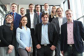 Foto (Universität Paderborn, Vanessa Dreibrodt): Die Projektgruppe um Prof. Dr. Daniel Beverungen (1. v. r.) traf sich zum Auftakt an der Universität Paderborn.