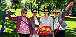 Foto (Heiko Appelbaum): Sportlich und gut gelaunt: Sandra Bischof (3. v. l.) überreichte den gesundheitsbewussten Uni-Bibliotheks-Mitarbeiterinnen Rosa Wahl, Edith Haase und Jutta Seidl (v. l.) frisches Obst.