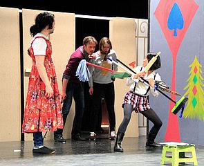 """Foto (Studiobühne Paderborn): Schauspieler der Studiobühne während einer Probe zum Theaterstück """"König Ubu""""."""