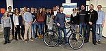 Foto (Heiko Appelbaum): Einige der Ausgezeichneten mit dem Hauptgewinner Tobias Bührmann (5. v. r.), dem Sponsor Paul Bala (Löckenhoff, 2. v. r.) sowie den Projektbeteiligten Alexander Brüne (rechts), Uli Kussin (3. v. r.) und Jun.-Prof. Dr. Miriam Keh