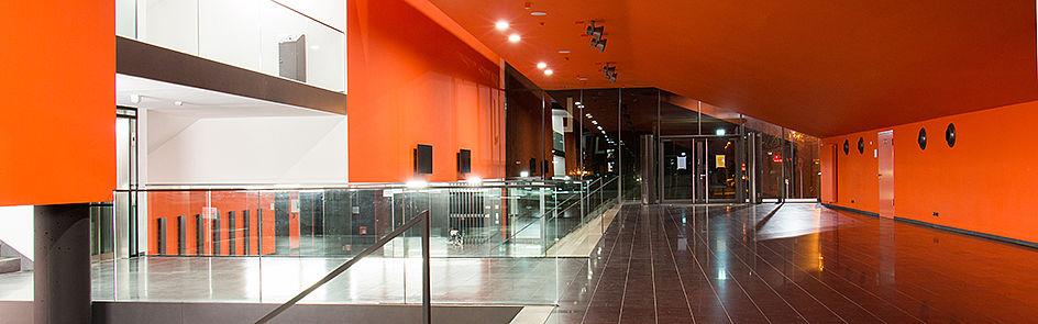 Noch ist es leer, am nächsten Morgen herrscht hier wieder geschäftiges Treiben – das Foyer des L-Gebäudes.