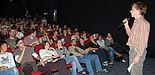 Foto (Behrens): Ausverkauft: Im vergangenen Jahr platzte der Kinosaal zur Studentenfilmnacht aus allen Nähten. Thilo Pickartz (re.), Vorsitzender der Uni-Gruppe Programmkino Lichtblick war begeistert.