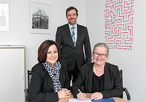 Foto (Universität Paderborn, Johannes Pauly): Vertragsunterzeichnung für den Hochleistungscomputer: (v. l.) Nurcan Rasig (Firma Cray), Prof. Dr. Christian Plessl und Simone Probst.
