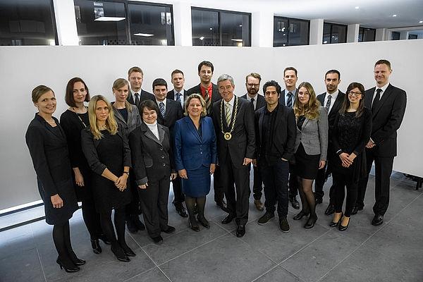 Foto: Gruppenbild mit 16 von 17 neuen Kollegiaten, Ministerin Svenja Schulze, Präsident der Akademie Prof. Dr. Dr. Hanns Hatt.