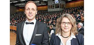 Foto (Universität Paderborn, Johannes Pauly): Dr. Oliver Strube erhält den Forschungspreis der Universität Paderborn von Prof. Dr. Christine Silberhorn, Vizepräsidentin für Forschung und wissenschaftlichen Nachwuchs.