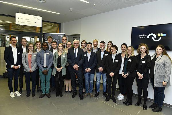 Foto (TH OWL, Dirk Schelpmeier): Bundespräsident Frank-Walter Steinmeier mit Stipendiatinnen und Stipendiaten der Stiftung Studienfonds OWL
