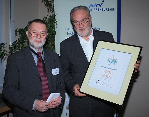 Foto (Universität Paderborn, Frauke Döll): Wilfried Wascher überreichte stellvertretend für das Bundesministerium für Wirtschaft und Technologie die Urkunde des European Enterprise Awards an Bernd Seel, Leiter der Technologietransferstelle UniConsult
