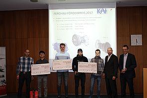 Foto (Universität Paderborn): Preisträger des FERCHAU-Förderpreises 2017: (v. l.) Johannes Tominski (KAt), Runxin Wang, Colin Polnau, Moritz Otto, Dirk Bünder, Prof. Dr.-Ing. Detmar Zimmer (KAt) und Jens Husemann (FERCHAU).