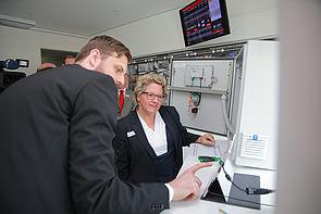 Foto (Michael Adamski): Matthias Greinert (Wissenschaftler am Fraunhofer IEM) zeigt NRW-Wissenschaftsministerin Svenja Schulze eine digitale Montageanleitung für einen Schaltschrank.