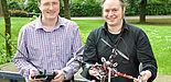 Foto (Katharina Bätz): Hermann Simon Lichte und Juniorprofessor Dr. Hannes Frey (r.) mit einem Quadrocopter