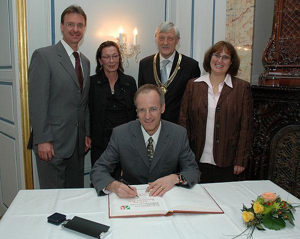 Foto (Stadt Paderborn): Bei der Eintragung ins Goldene Buch der Stadt: (v.l.) Prof. Dr. Ulrich Rückert, Hannelore Rückert, Prof. Dr. Reinhold Noé, Bürgermeister Heinz Paus und Dr. Martina Näher-Noé.