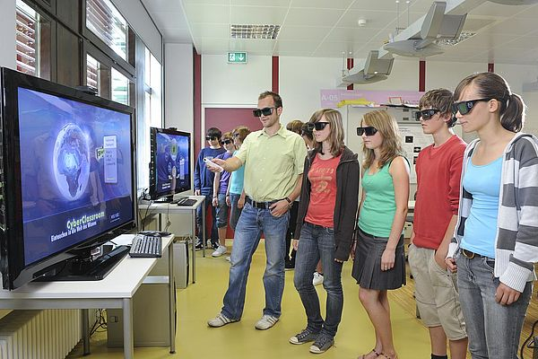 Foto: Am Heinz Nixdorf Institut der Universität Paderborn eröffnet der landesweit erste Cyber-Klassenraum in NRW.
