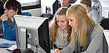 Foto (Universität Paderborn, Kathrin Bittner): Schülerinnen und Schüler beim Lösen von Aufgaben in einem Workshop der Informatik.
