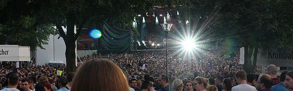 Auf insgesamt drei Bühnen und zwei DJ-Areas sorgen Musikerinnen und Musiker für jede Menge Partystimmung.