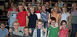 Foto (Mark Heinemann): Prof. Dr. Hartmut Spiegel (h. li.) und Linda Jochem (3. Reihe li.) waren von den Mathekünsten der Grundschulkinder begeistert. Doch auch die Leistung der Studierenden konnte sich sehen lassen.