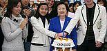 """Foto: Eröffnungszeremonie für die """"EWHA Global Campus Leader"""": Die Ewha-Präsidentin Bae-Yong Lee (2. v. re.) schnitt zusammen mit dem Paderborner Austauschstudenten Jens Naussed (1. v. re.) den Kuchen an."""