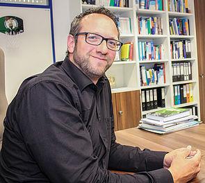 Foto (Universität Paderborn, Simon Ratmann): Prof. Dr. Dr. Claus Reinsberger wurde im April 2014 als deutschlandweit erster Neurologe auf den sportmedizinischen Lehrstuhl an der Universität Paderborn berufen.