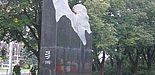 Der Gedenkstein zur Revolution 1956 vor dem Parlamentsgebäude in Ungarn.