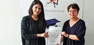 Foto (Kiron, Lucas Schwarzer): Haben die Kooperationsvereinbarung unterschrieben: Prof. Dr. Birgit Riegraf (re.), Vizepräsidentin für Studium, Lehre und Qualitätsmanagement der Universität Paderborn, und Hila Azadzoy (li.) von Kiron Open Higher Educat