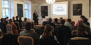 Foto (Julia Pföhler): Prof. Dr. Dr. h. c. mult. Klaus Rosenthal stimmt mit einem Grundsatzreferat in die anschließende Podiumsdiskussion ein.