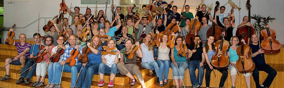 """Haus Neuland Gruppenfoto """"Hoch die Instrumente"""" Foto: Clemens Johannigmann"""