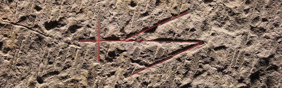 Sandsteinelement der ehemaligen Piepenmauer in Bremen mit hervorgehobenem Steinmetzzeichen - Ströhmer, 2015