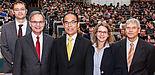 Foto (Universität Paderborn, Björn Heerdegen): Freuen sich über das zehnjährige Bestehen des CeOPP (v. l.): Prof. Dr. Cedrik Meier, Prof. Dr. Artur Zrenner, Festredner Prof. Dr. h. c. Shuji Nakamura, Prof. Dr. Christine Silberhorn und Prof. Dr. Heinz-