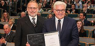 Foto (Universität Paderborn, Johannes Pauly): Prof. Dr. Volker Peckhaus, Dekan der Fakultät für Kulturwissenschaften, und Bundesaußenminister Dr. Frank-Walter Steinmeier.