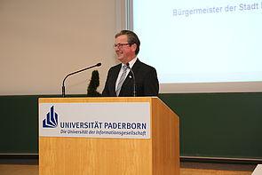 Foto (Universität Paderborn, Nina Reckendorf): Bürgermeister Michael Dreier bei der Begrüßung in der Universität Paderborn.