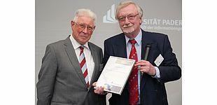 Foto (Universität Paderborn, Julia Pieper): Prof. em. Dr. Dr. h. c. mult. Peter Freese (rechts) überreichte Prof. em. Dr. Otto Rosenberg für sein jahrelanges Engagement im Vorstand des Ehemaligenvereins eine Urkunde über die ihm verliehene Ehrenmitgli