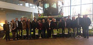 Foto (Universität Paderborn): Die Teilnehmerinnen und Teilnehmer der Unternehmensbesichtigung bei CLAAS.