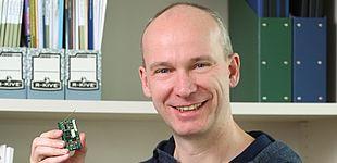 Foto (Heinz Nixdorf Institut): Prof. Falko Dressler forscht auf dem Gebiet der adaptiven drahtlosen Kommunikation sowie an der Selbstorganisation massiv verteilter Systeme.