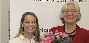 Foto (Regine Bigga): Oksana Wagner (links) und Laudatorin Prof. Dr. Barbara Methfessel bei der Auszeichnung.