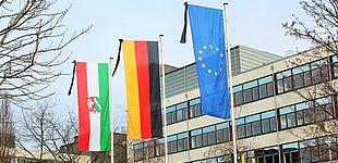 Foto (Universität Paderborn, Vanessa Dreibrodt): Trauerbeflaggung vor dem Audimax der Universität Paderborn.