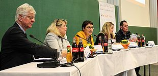 Foto (Universität Paderborn, Johannes Pauly): Podiumsdiskussion auf dem Tag der Lehre (v. l.): Prof. Dr. Wilfried Müller, Dr. Sigrun Nickel, Prof. Dr. Riegraf, Janina Beckmeier und Prof. Dr. Holger Burckhart.