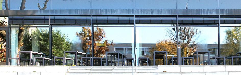Reflexionen an der Fassade der Mensa Forum.