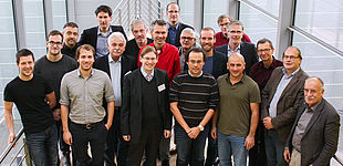 """Foto (speedCIGS): Das erste Treffen des Projektkonsortiums """"speedCIGS"""" in Schwäbisch Hall. Aus Paderborn dabei waren Prof. Dr. Thomas Kühne (8. v. r.) und Hendrik Wiebeler (6. v. r. hinten) aus dem Department Chemie der Fakultät für Naturwissensch"""