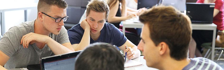 Gemeinsam studiert es sich besser: Studierende, beispielsweise aus den Fachschaften, unterstützen Erstsemester beim Studienbeginn mit Rat und Tat.
