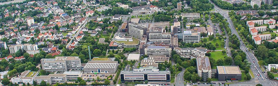Blick aus Westen auf den Campus. Im Vordergrund die P-Gebäude (links), das neue Gebäude O und das Hörsaalgebäude L.