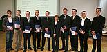 Foto: Prof. Dr. Sybille Hellebrand (Mitte), Leiterin des Instituts für Elektrotechnik und Informationstechnik, mit Absolventen.