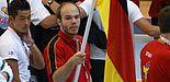 Foto (Dojo, Lemgo-Lippe e.V.): Fahnenträger: Dennis Dreimann führte sein Team zur Wettkampfstätte.