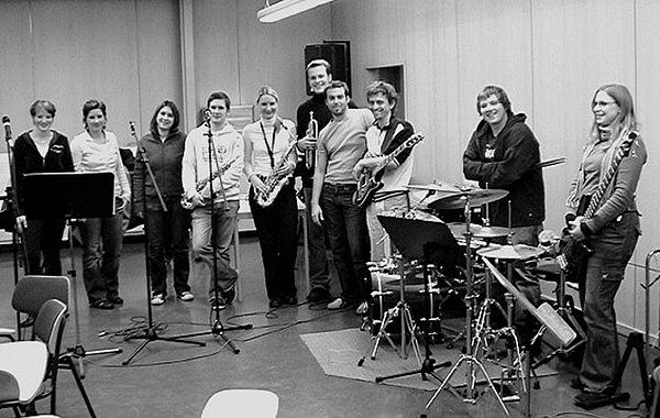 """Foto: """"Feedback"""", eine seit 2001 bestehende Band der Universität Paderborn, deren 16 Mitglieder allesamt Studentinnen und Studenten sind, legt besonderen Wert auf die stiltypische Interpretation der Stücke."""