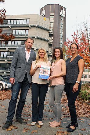 Foto (Heiko Appelbaum): v. l.: Martin Hohrath (Fachkraft für Arbeitssicherheit), Diana Riedel (Leitende Sicherheitsingenieurin), Franziska Hoppe (Fachkraft für Arbeitssicherheit) und Sandra Bischof (Koordinatorin Gesundheitsmanagement) freuen sich über die Auszeichnung durch die Unfallkasse NRW.