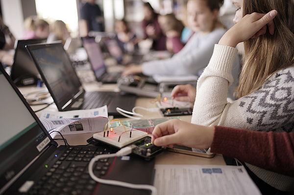 Foto  (Universität Paderborn): Die Teilnehmerinnen konnten zahlreiche Eindrücke zu MINT-Studienfächern sammeln: Hier basteln sie eine elektrische Schaltung.