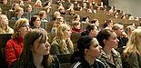 Foto (Universität Paderborn, Anja Demir): Technikinteressierte Schülerinnen bei einer Vorlesung an der Universität Paderborn.
