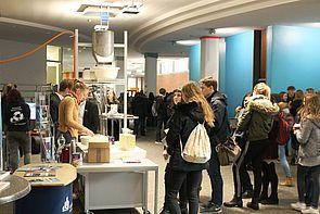 Foto (Kirsten Bondzio): Viele Interessierte besuchten am Infotag die Uni.