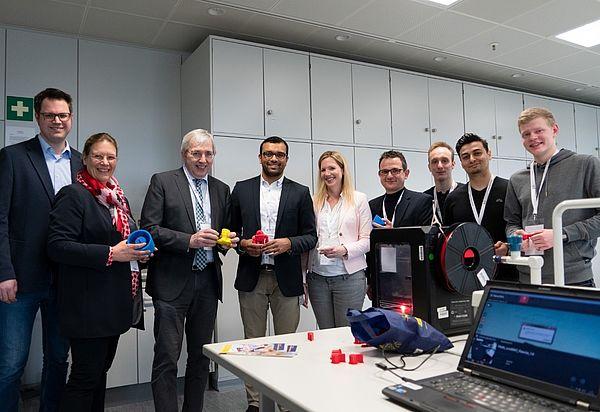 Foto (Quelle: zdi): Der Staatssekretär Klaus Kaiser zu Besuch im Schülerlabor coolMINT.