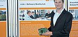 Foto (Jannic Hüsemann): Dipl.-Inform. Daniel Baldin mit einem Evaluationsboard – einem vergrößerten Modell einer Smart Card.