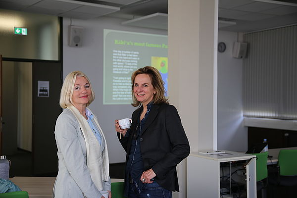 Foto: Universität Paderborn, Melina Kiziroglou. Prof. Dr. Albertini (University of Hawai'i, Manoa) und Prof. Dr. Hagengruber (Leiterin des Centers History of Women Philosophers and Scientists, Universität Paderborn).
